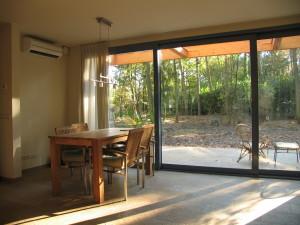 Foto van het uitzicht vanaf de eetkamer van vakantiehuisje Primaplek te Bladel